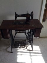 REDUCED Antique Singer Foot Pedaled Sewing Machine With Wooden Lid in Alamogordo, New Mexico