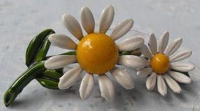 Daisy Brooch Vintage 60s Full Color Metal Double Flowers New Condition Happy in Houston, Texas