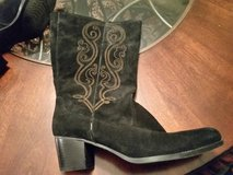 Womens suede boots 8 in Joliet, Illinois
