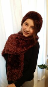 Hand Knit Hat & Scarf in Wiesbaden, GE