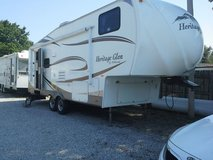 2010 5th wheel camper w/hitch in Fort Campbell, Kentucky