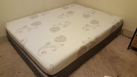 like new.. queen bed and head board in Katy, Texas