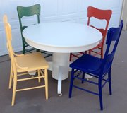 Vintage Round Dining Table & 4 Chairs in Alamogordo, New Mexico