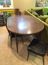 Table w/ 5 chairs in Oswego, Illinois