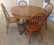 Round Oak Dining Table & 4 Chairs in Alamogordo, New Mexico