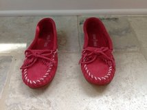 Girls Pink Minnetonka Moccasins Size 4 - LIKE NEW in Glendale Heights, Illinois