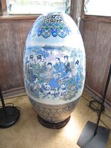 ANTIQUE VINTAGE CHINESE FAMILY PORCELAIN EGG SHAPED VASE WITH STAND in Okinawa, Japan