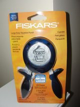 NEW FISKARS CUPCAKES LARGE EASY SQUEEZE PUNCH in Camp Lejeune, North Carolina