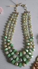 3 stand Green/white/crystal beads vintage necklace in Wiesbaden, GE