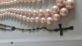 Double graduated  long strand of vintage pink graduated pearls in Wiesbaden, GE