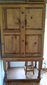 rustic cowboy hutch w 3 stools in Fort Leonard Wood, Missouri