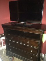 Tv stand/dresser and tv in Hinesville, Georgia