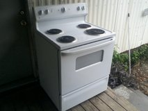 nice ge electric stove in Baytown, Texas