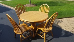 Oak table and chairs in Glendale Heights, Illinois