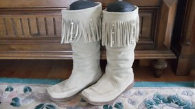 Ladies Mocassin boots, cream suede fringe in Ramstein, Germany