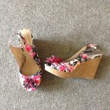 8.5 fun floral wedges in Fort Campbell, Kentucky