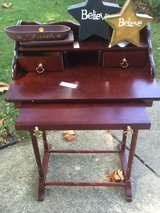 Writers table small entry table in Glendale Heights, Illinois