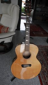 Tacoma JF21 US-Made, jumbo professional's guitar in Ramstein, Germany