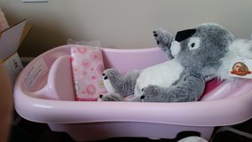 Pink bath tub w/infant sling in Oswego, Illinois