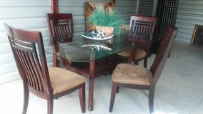 Lovely Dining Table Set in Pensacola, Florida