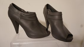 Women Shoe Grey High Heel Bootie (Size 9) in Yorkville, Illinois