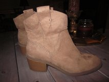 Women's Size 6 Boots in Glendale Heights, Illinois