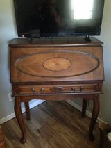 Desk w/pull out drawer in Kingwood, Texas