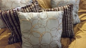 5 throw pillows in The Woodlands, Texas