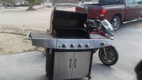 Uniflame stainless steel gas grill with propane tank in 29 Palms, California
