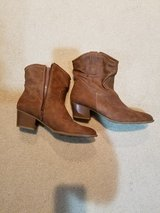 Womens boots size 8 1/2 in Naperville, Illinois