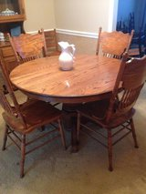 Solid Oak Round Dining Table w/ leaf and 5 chairs in Macon, Georgia