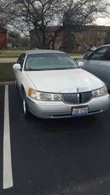 1999 lincoln town car in Bartlett, Illinois