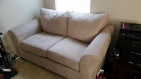 Love seat (Like New) in Dover AFB, Delaware
