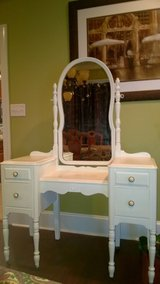 Antique 4 drawer Vanity in Perry, Georgia