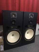 "18"" speaker ,,FISHER,,  the  sound is very clear and loud 120Watts in Vista, California"