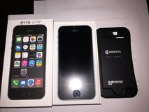 2 x iPhone 5s 16Gb Space Gray Unlocked pre-owned in Camp Lejeune, North Carolina