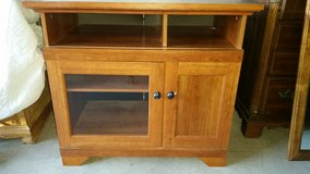 Nice tv table stand.  Holds 50 inches tv in El Paso, Texas