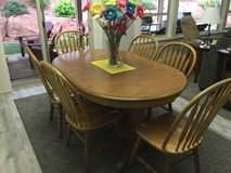 Beautiful hard wood oak table with 4 leafs and 11 chairs in St George, Utah