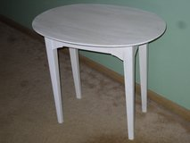 sm. white table 26 x 17.5 x 23h in Glendale Heights, Illinois