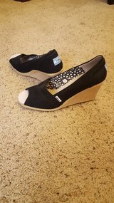 *Toms* Black Wedges SZ 10 Perfect for Casual Spring/Summer day or night! Barely worn. in Vacaville, California