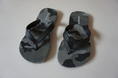 Boys Old Navy Grey Camo Flip Flops Size 12/13 in Joliet, Illinois