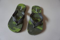 Boys Old Navy Green Camo Flip Flops Size 12/13 in Joliet, Illinois