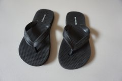Boys Old Navy Black Flip Flops Size 12/13 in Joliet, Illinois