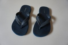 Boys Old Navy Navy Flip Flops Size 12/13 in Joliet, Illinois