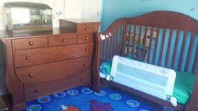Baby crib and dresser/ changing table in Warner Robins, Georgia