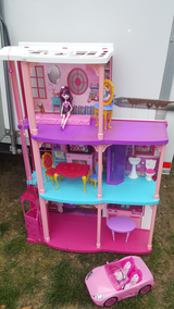 Barbie house in good conditions with accesories in Quantico, Virginia