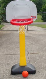Little Tikes Basketball Hoop w/Ball in Fort Campbell, Kentucky