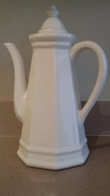 VINTAGE PFALTZGRAFF HERITAGE WHITE COFFEE POT WITH LID (LIKE NEW!) in Algonquin, Illinois
