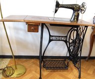 Antique Singer Sewing Machine with Cast Iron Base with drawer in Wiesbaden, GE