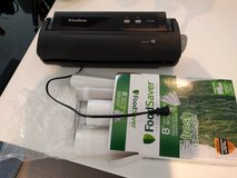 FoodSaver V2244 Vacuum Sealing System with Heat Seal Rolls 110v in Ramstein, Germany